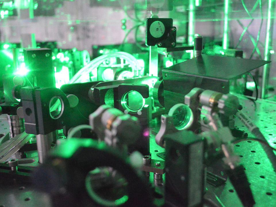 Laser auf einem Labortisch, bestehend aus vielen optischen Komponenten.